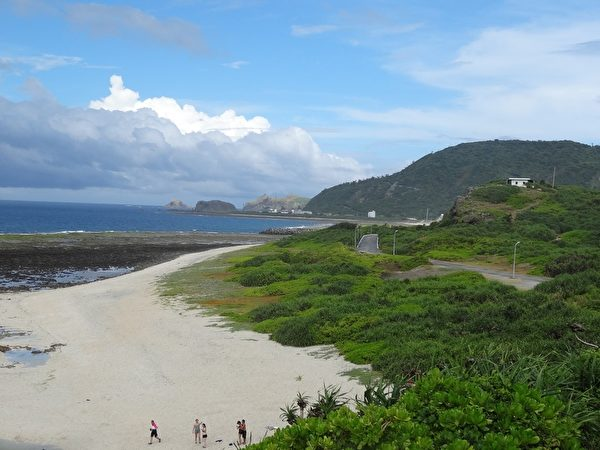 白沙湾是踏浪、玩沙的好景点。(琼慧/大纪元)