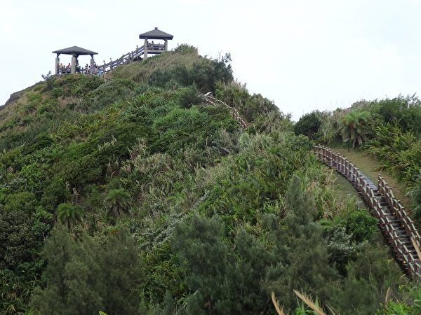 小长城石阶步道长约400公尺,沿着阶道登上景观台,视野绝佳。(琼慧/大纪元)