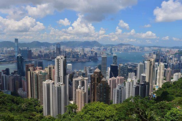 从香港太平山顶广场俯瞰维多利亚港(郭威利/大纪元)