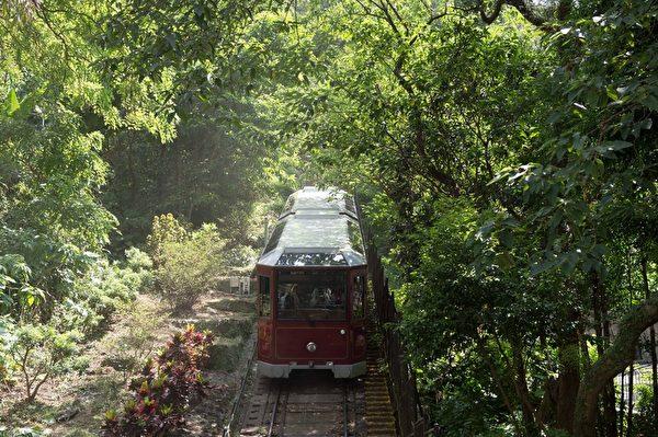 正在向太平山下行驶的山顶缆车(郭威利/大纪元)