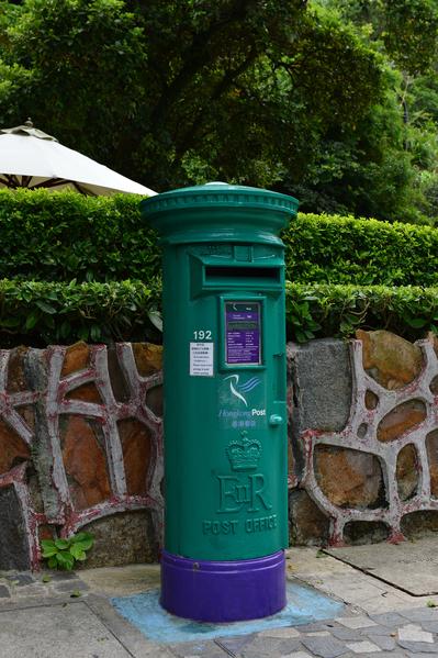 """太平山餐厅门前一旧款英国皇家邮筒,筒身上的标志""""ER II""""代表英女王伊丽白二世。(郭威利/大纪元)"""