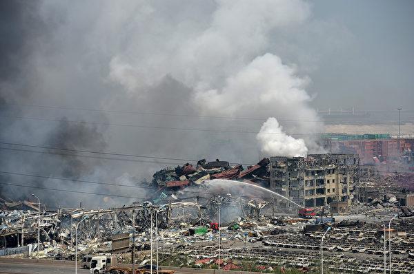 2015年8月13日,天津滨海仓库爆炸后,浓烟密布。(ChinaFotoPress/ChinaFotoPress via Getty Images)
