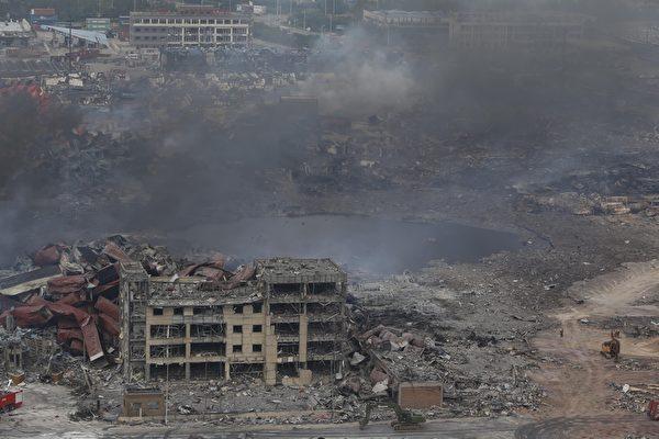 2015年8月14日,天津滨海仓库爆炸事件,造成大批的集装箱、汽车及建物被毁,现场满目疮痍。(STR/AFP/Getty Images)