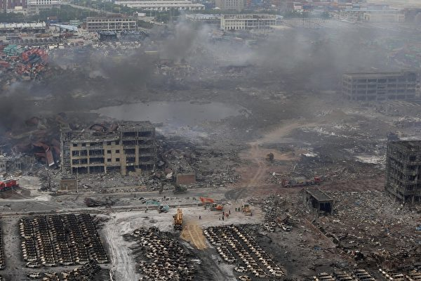 2015年8月13日,天津滨海仓库爆炸后,现场浓烟密布。(STR/AFP/Getty Images)