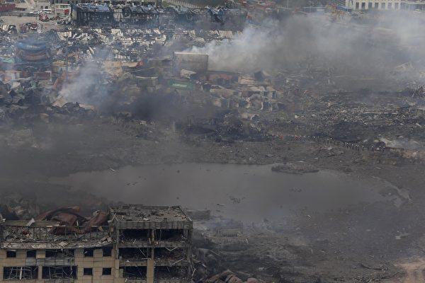 2015年8月14日,天津滨海仓库爆炸现场被炸出一个大坑。(STR/AFP/Getty Images)