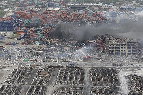 2015年8月14日,天津滨海仓库爆炸事件,造成大量集装箱及汽车和建物被烧毁。(STR/AFP/Getty Images)