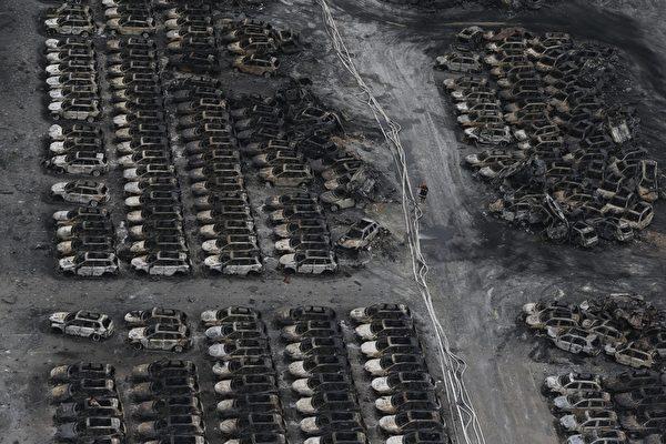 2015年8月14日,天津滨海仓库爆炸事件,造成附近大量汽车被烧毁。(STR/AFP/Getty Images)