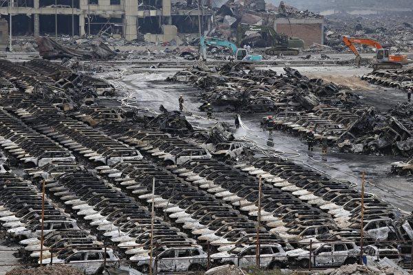 2015年8月14日,天津滨海仓库爆炸现场附近,大量汽车被烧毁。(STR/AFP/Getty Images)