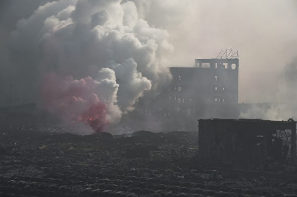 2015年8月13日,天津滨海仓库爆炸现场浓烟密布。(GREG BAKER/AFP/Getty Images)