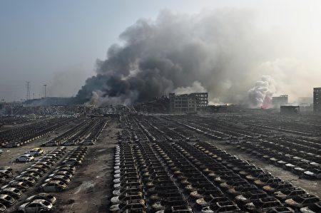 2015年8月13日,天津濱海倉庫爆炸後,現場濃煙密布。(GREG BAKER/AFP/Getty Images)