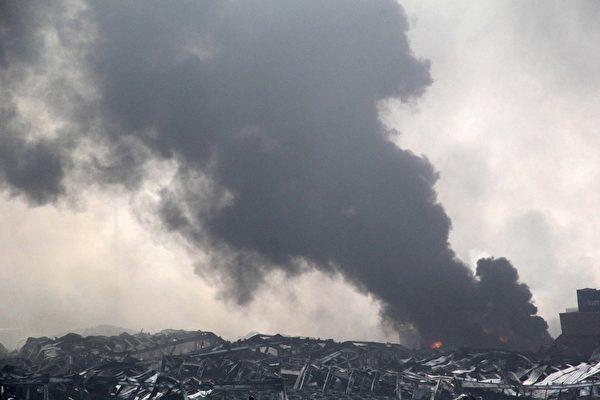 2015年8月13日,天津滨海仓库爆炸现场黑烟滚滚。(STR/AFP/Getty Images)