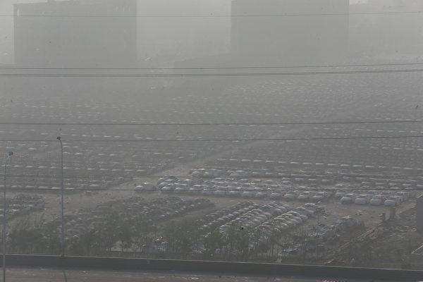 2015年8月13日,天津滨海仓库爆炸后,烟雾弥漫影响能见度。(ChinaFotoPress/ChinaFotoPress via Getty Images)