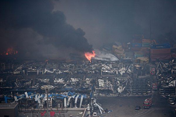 2015年8月13日,天津滨海仓库爆炸现场起火后黑烟密布。(STR/AFP/Getty Images)