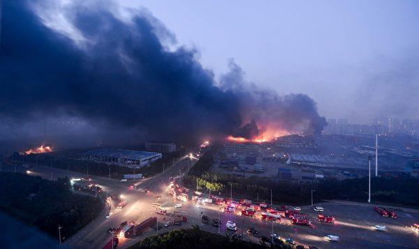2015年8月13日,天津滨海仓库爆炸现场火光冲天,浓烟滚滚。(STR/AFP/Getty Images)