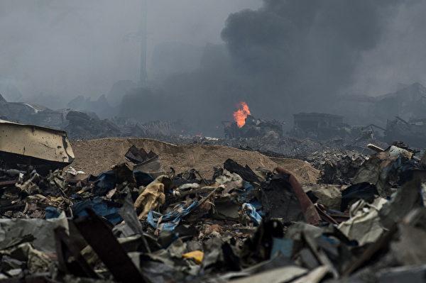天津滨海区瑞海公司危品仓库8月12日深夜爆炸,浓烟滚滚,物体被烧融化。图为14日事故现场。(FRED DUFOUR/AFP)