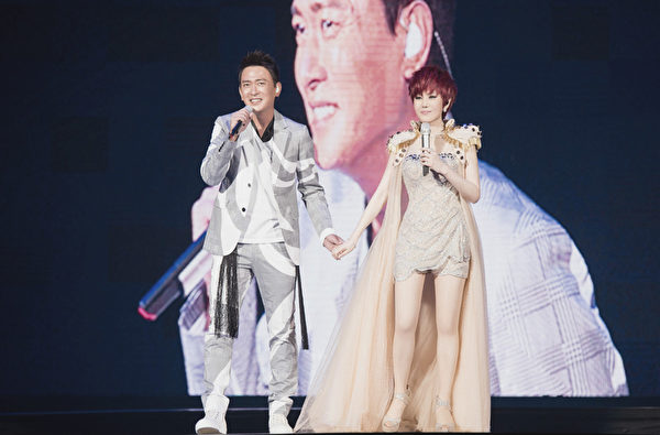 王識賢(左)首度和江蕙合作,在小巨蛋舞台上情歌對唱。(寬宏藝術提供)