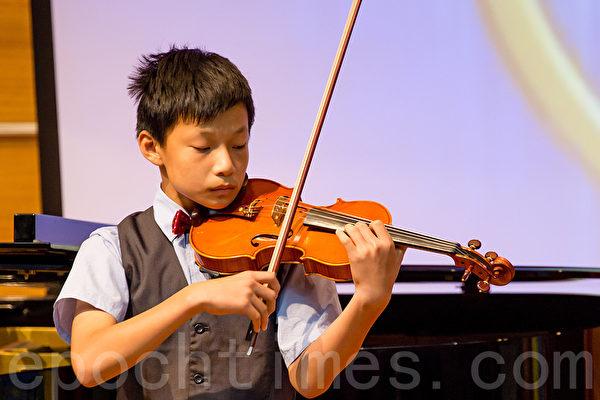 小提琴初賽入圍選手莊鈞淇。(鄭順利/大紀元)