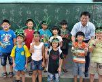 擅长手工编织的校长李秉承和学生合影。(丰荣国小提供)