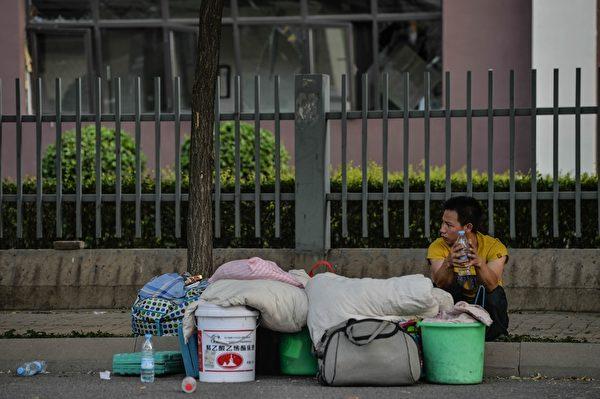 2015年8月13日,天津发生大爆炸后,民众有家归不得。(STR/AFP/Getty Images)