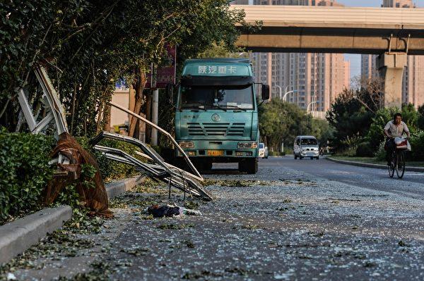2015年8月13日,天津大爆炸事故周边街道满目疮痍。(STR/AFP/Getty Images)