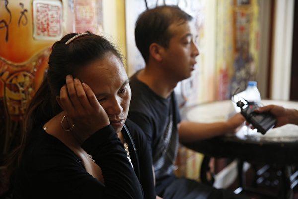 2015年8月15日,天津,在新闻发布会的会场,失踨消防员的家属,情绪悲伤。(STR/AFP/Getty Images)