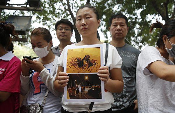 2015年8月16日,天津启航嘉园社区受害民众在新闻发布会场外抗议。(STR/AFP/Getty Images)(STR/AFP/Getty Images)