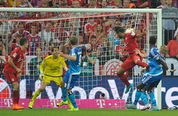 拜仁的贝纳蒂亚头球攻入德甲新赛季首粒进球瞬间。(Lennart Preiss/Bongarts/Getty Images)