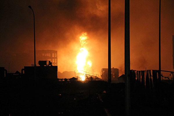 2015年8月13日,天津发生大爆炸事故,现场火光冲天。(AFP)