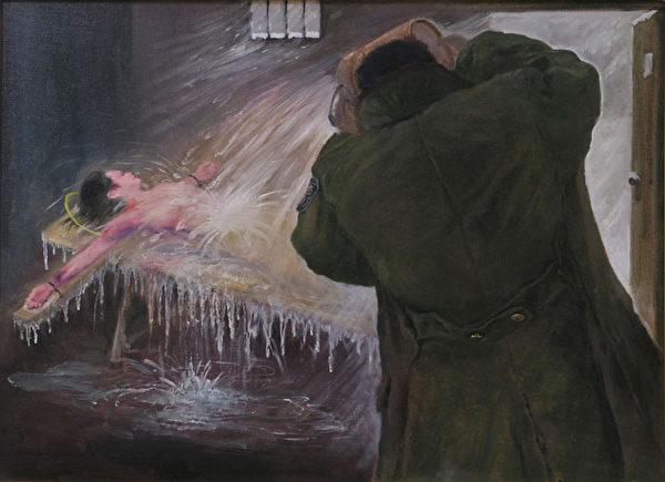 酷刑演示:寒冬裡,被折磨昏死後,再被警察用冷水潑醒 (明慧網)