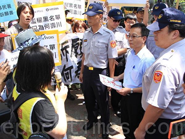 移民署官员出面接受诉愿书。(陈懿胜/大纪元)