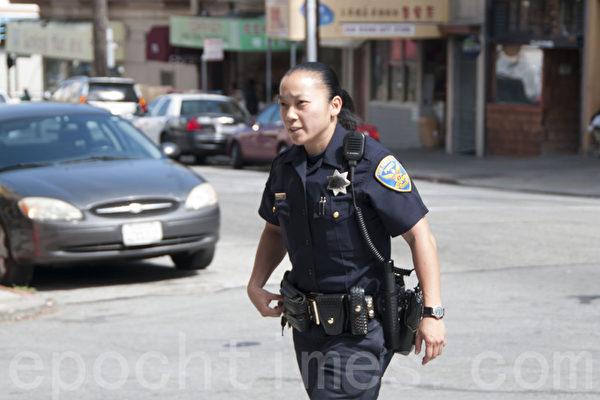 华裔女警周咏仪在旧金山中国城巡逻。(周凤临/大纪元)