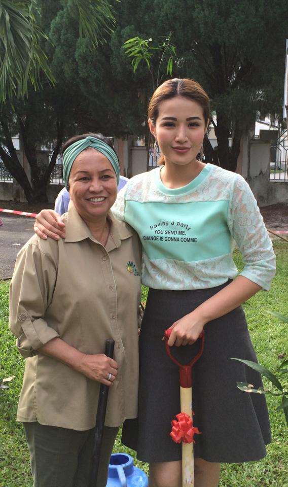 """苏盈之(右)受邀担任马来西亚的""""爱种树""""推广大使,她回到母校与马来西亚前首相夫人YABhg Tun Jeanne Abdullah一起种树。(时大音乐提供)"""