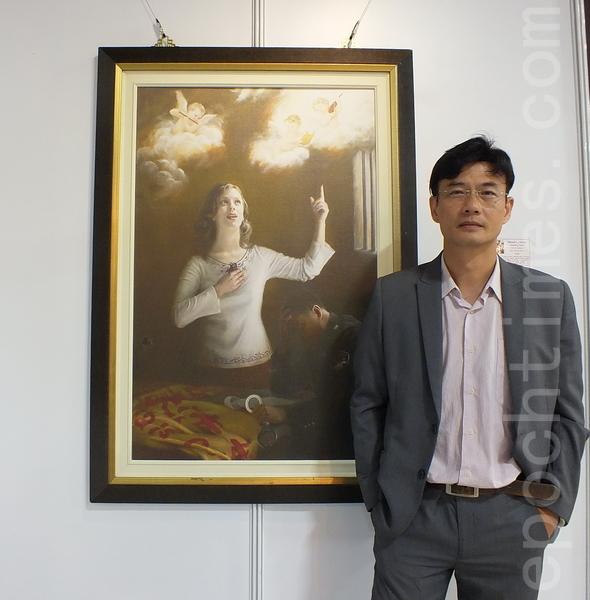美术系教授林钦贤观赏画家陈肖平作品《歌声唤醒良知》,表示她有很好的故事叙述能力,这是绘画的人该重视的部分,但目前在学院中被忽略了。(黄玉燕/大纪元)