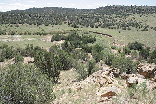 亚利桑那石刻字所在的私有牧场是个人迹罕至的所在,距公路有数英里之遥。(Courtesy of John Ruskamp)