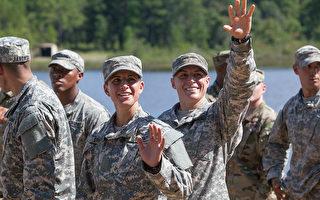 美国上尉格斯雷特(左)和中尉哈弗(右),21日与94名男兵一起参加在本宁堡陆军训练基地举行的游骑兵学校毕业典礼,并获得梦寐以求的游骑兵臂章。(Jessica McGowan/Getty Images)