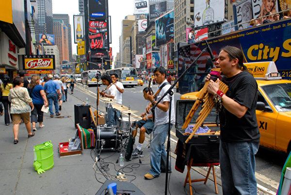 纽约街头音乐。纽约时代广场。(戴兵/大纪元)
