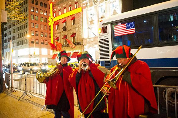 纽约街头音乐。纽约圣诞节第五大道。(戴兵/大纪元)