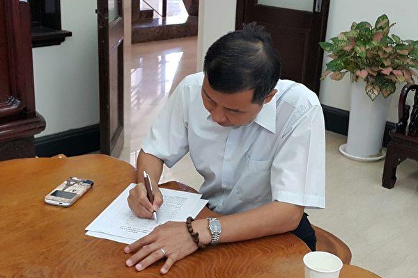 新竹市议员陈启源诉江案签署。(林宝云/大纪元)