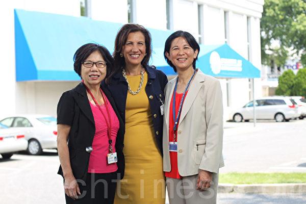 帕克企業推廣和發展總監Lina Scacco(中)和成人日間護理中心負責人 Amy Hsu(右)(張學慧/大紀元)