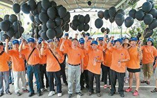 高雄港鐵道園區開發案,台鐵工會22日舉黑氣球打出反對粗暴等訴求,認為開發案應尋找歷史與商業共存的三贏之道。(台鐵工會提供)