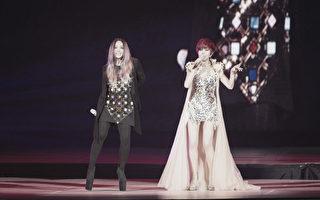 江蕙(右)封麦演唱会于台北举行终场演出,当晚与嘉宾张惠妹(左)同台合唱。(宽宏艺术提供)