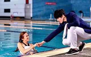 安哲与袁咏琳拍泳池戏,外表斯文的安哲其实有潜水执照。(三立提供)