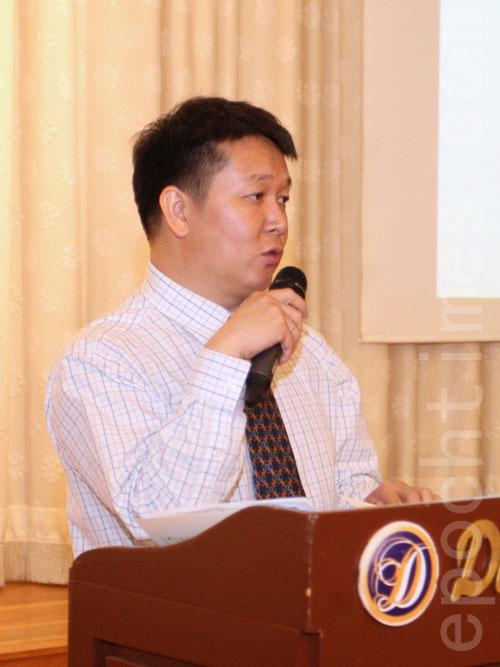 美東華人美甲協會會長余建在向業主介紹如何填表。(林丹/大紀元)