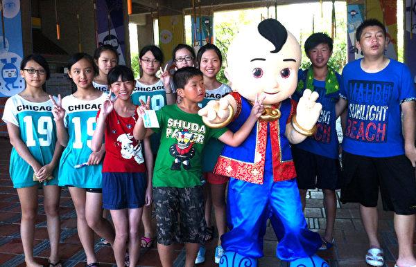 在宜蘭童玩節中,小乾坤人偶與粉絲們合影。(新唐人亞太電視台)