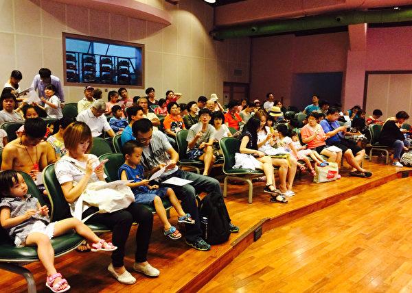 B-1小乾坤劇場內觀眾填寫問卷。(新唐人亞太電視台)