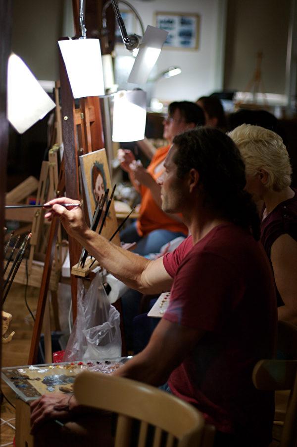 ARC已在全球認證70多所「畫室學校」(ARC Approved™ Ateliers)。圖為瑞士畫家帕特里克‧德沃納斯(Patrick Devonas,前)的畫室。(藝術復興中心提供)