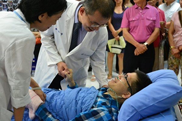 博愛醫院血液腫瘤科主任游介宇醫師來為于正打氣。(羅東博愛醫院提供)