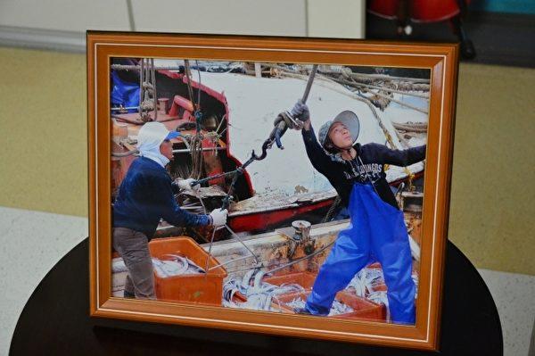 于正最喜歡的一幅作品「漁鄉生活-豐收」。(羅東博愛醫院提供)