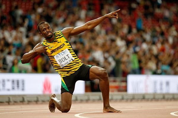 赛后,博尔特又拿出了他的招牌庆祝动作——闪电霹雳姿势。(Christian Petersen/Getty Images for IAAF)