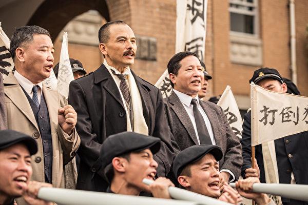 台灣導演李崗監製、許明淳執導的歷史紀錄片《阿罩霧風雲II—落子》劇照。圖為陳紹騏(左二)飾演林獻堂。(安可電影提供)